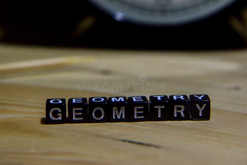 La géométrie écrite sur les blocs en bois Éducation et concept d'affaires photographie stock libre de droits
