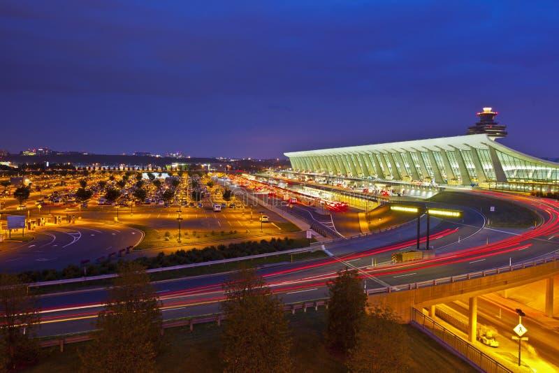 La géométrie de l'aéroport international de Dulles la nuit images stock