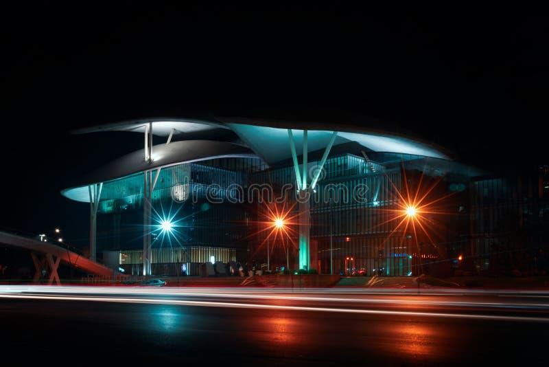 La Géorgie, Tbilisi - 05 02 2019 - Bâtiment moderne d'architecture de Hall de service public illuminé dans la nuit - Image image stock