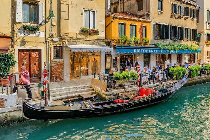 La góndola parqueó a lo largo de un edificio en un canal en Venecia Italia imágenes de archivo libres de regalías