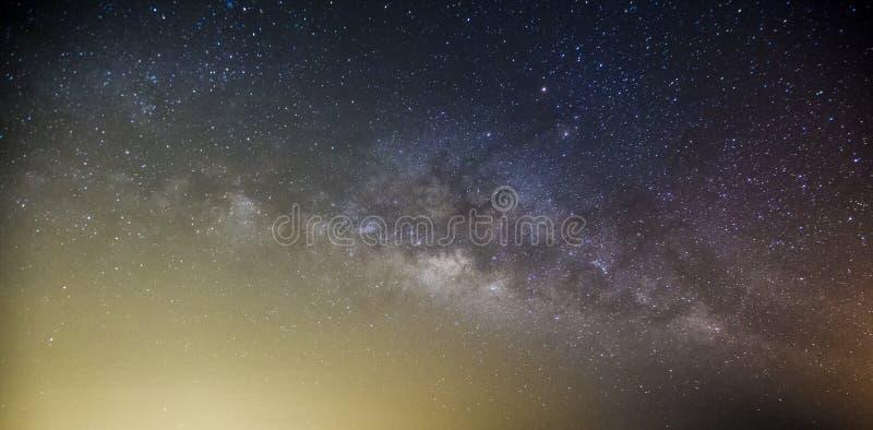 La galassia della Via Lattea con le stelle e lo spazio spolverano nell'universo, lungamente fotografia stock