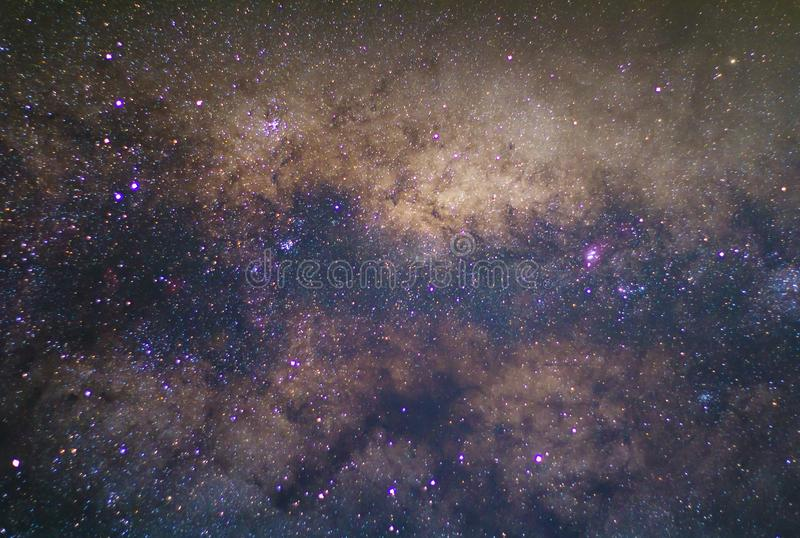 la galaxia de la vía láctea con las estrellas y el espacio sacan el polvo en el universo imagenes de archivo