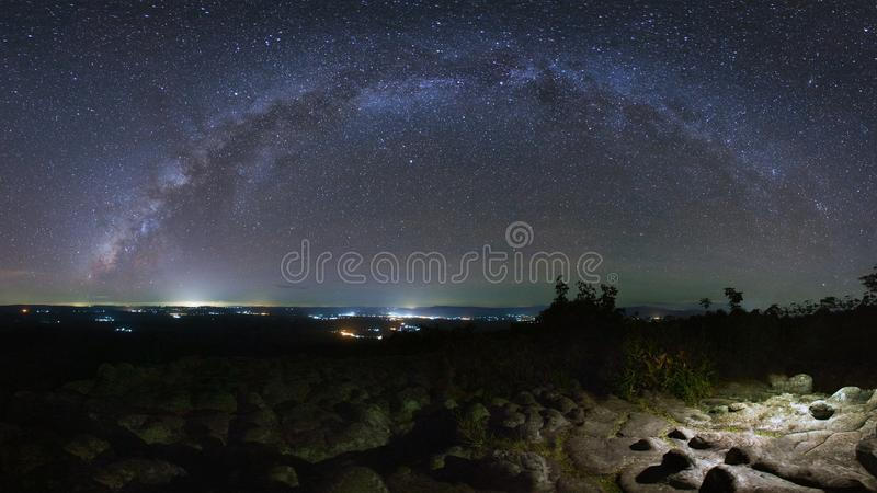 La galaxia de la vía láctea del panorama con la tierra de la piedra del botón es nombre Lan Hin foto de archivo