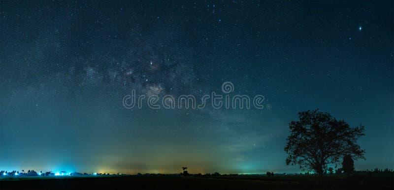 La galaxie de manière laiteuse avec des étoiles et l'espace époussettent dans le domaine en terrasse de riz image stock