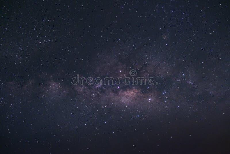 La galaxie de manière laiteuse avec des étoiles et l'espace époussettent dans l'univers photos stock