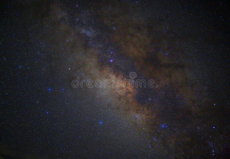 La galaxie de manière laiteuse de l'espace d'univers avec beaucoup se tient le premier rôle la nuit photo stock