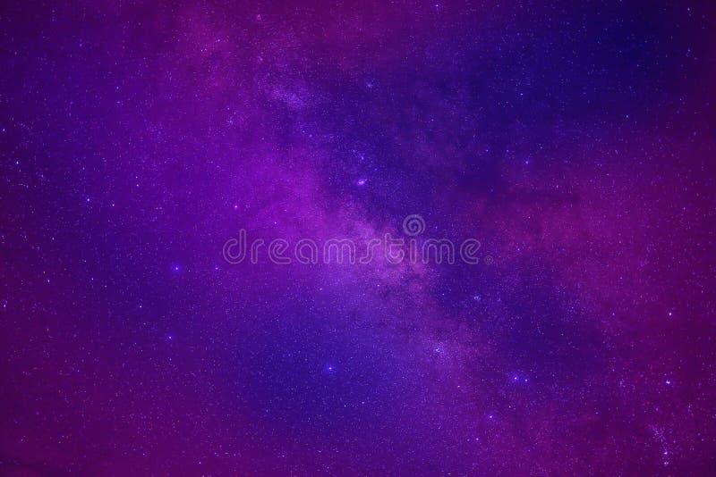 La galaxie de manière laiteuse de l'espace d'univers avec beaucoup se tient le premier rôle la nuit image libre de droits