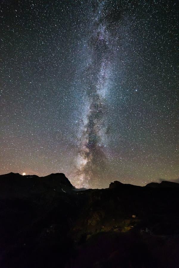 La galaxie de manière laiteuse se tient le premier rôle au-dessus de la planète d'Alpes, de Mars et de Jupiter, gamme de montagne photo stock