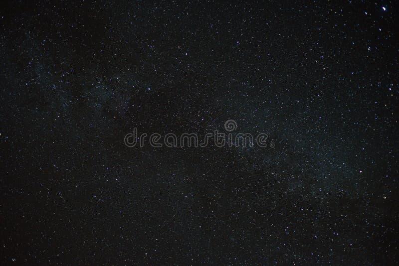 La galaxie de manière laiteuse tient le premier rôle le fond d'astronomie photographie stock