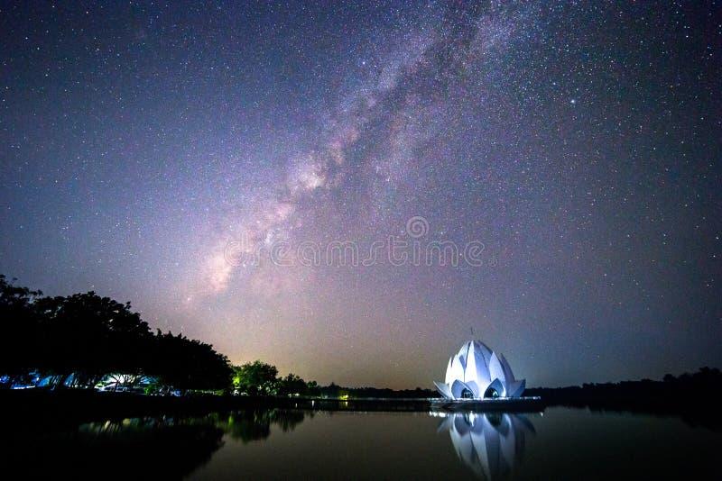 La galaxie et le bâtiment sont formés comme un lotus blanc au milieu de la rivière image libre de droits