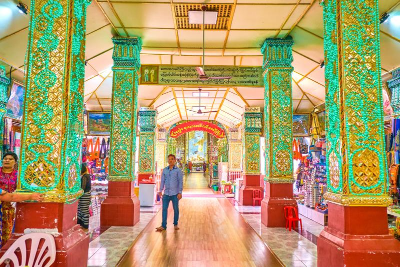 La galería cubierta con las paradas en la pagoda de Kyauktawgyi, mA del mercado foto de archivo libre de regalías