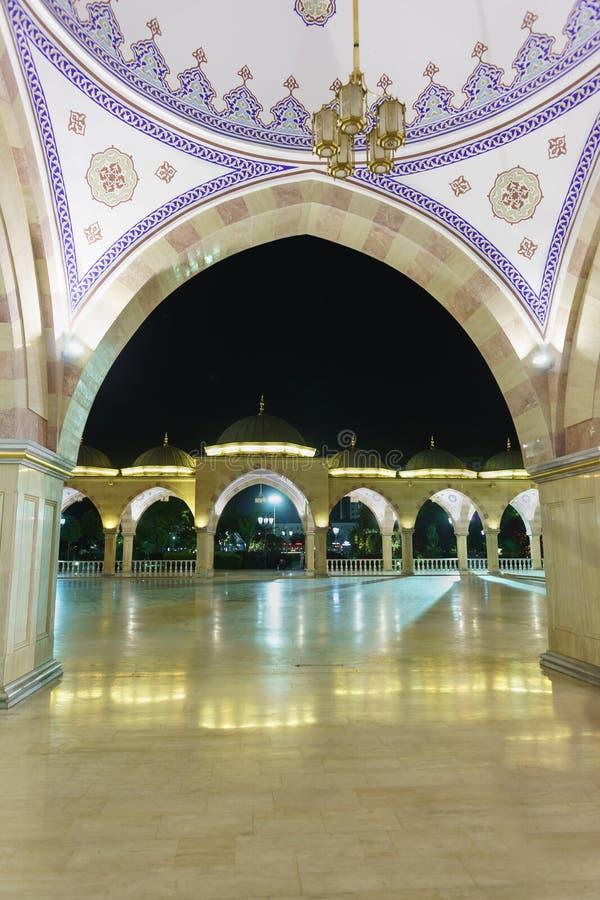 La galería de mármol del verano y el cuadrado de una de las mezquitas más grandes del mundo - el corazón de la mezquita de Cheche fotografía de archivo libre de regalías