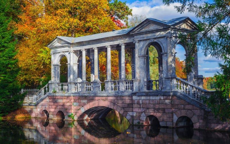 La galería de mármol siberiana - puente marmóreo en el parque del paisaje de Tsarskoe Selo imagenes de archivo