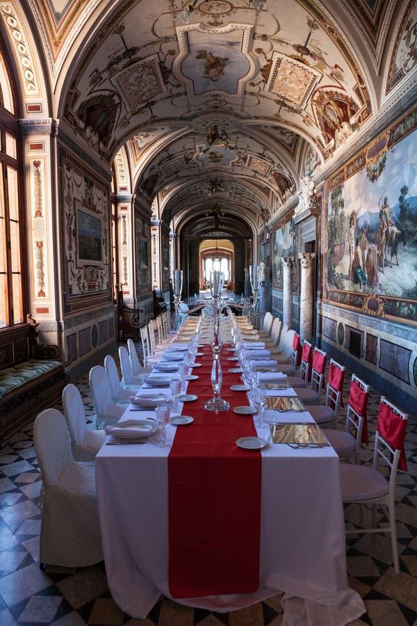 La galleria storica con la tavola ha messo per nozze o la ricezione nessuno immagine stock libera da diritti