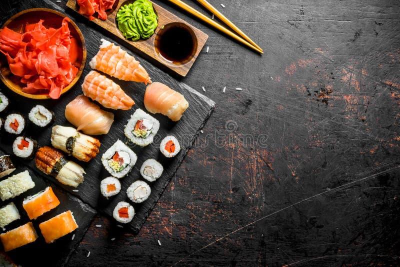 La gama de diversos tipos de sushi y de rollos japoneses fotografía de archivo
