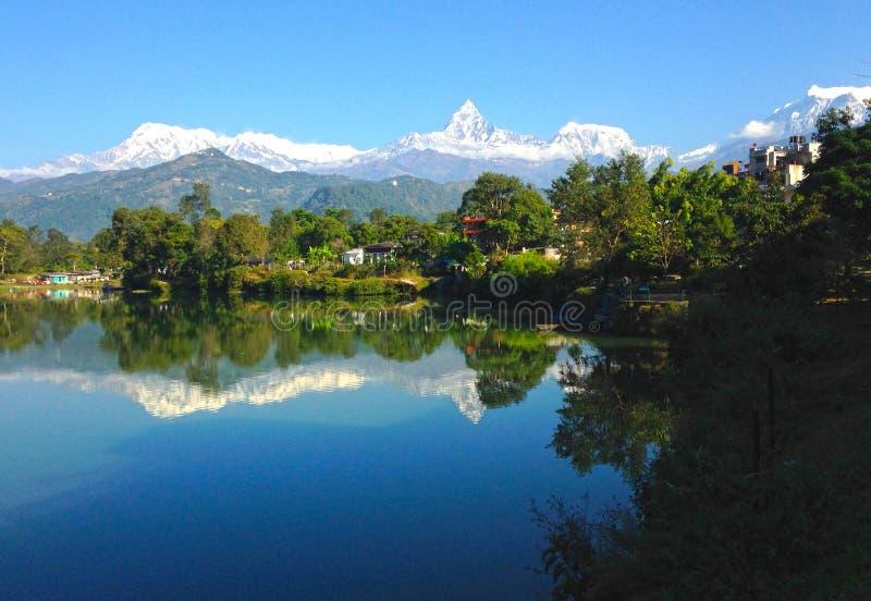 La gama y el lago Phewa, Pokhara de Annapurna fotografía de archivo