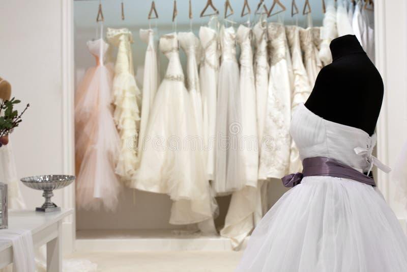 La gamma di vestiti da sposa fotografia stock libera da diritti