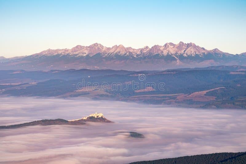 La gamme de montagne élevée de Tatras et le Spis se retranchent au lever de soleil, Slovaquie photographie stock libre de droits