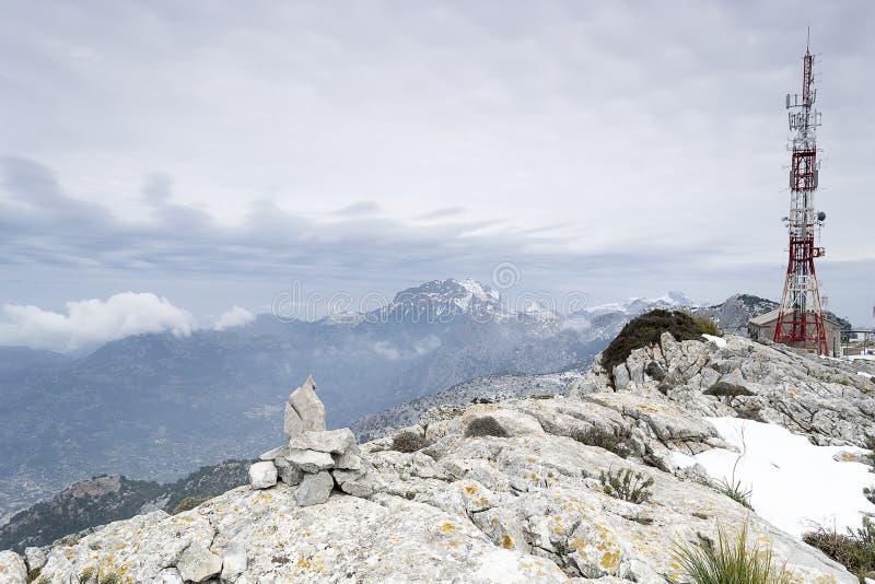 La gamme et la télécommunication de montagne d'Alfabia dominent photographie stock