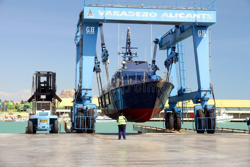 La garde-côte des coutumes espagnoles au-dessus d'un travelift avant vont à l'eau image libre de droits