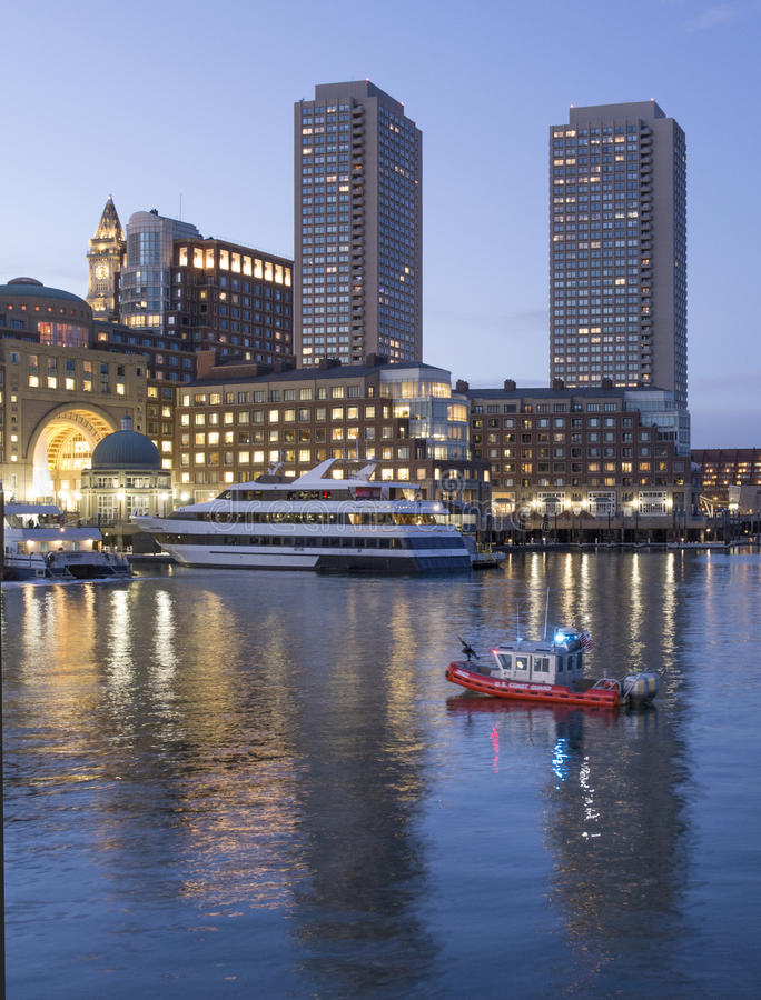 La garde côtière patrouille le port de Boston images stock