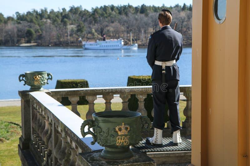 La garde royale se tient prêt le palais de Drotingholm images libres de droits