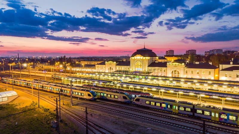 La gare dans Tarnow, Pologne a illumin? au cr?puscule photo stock