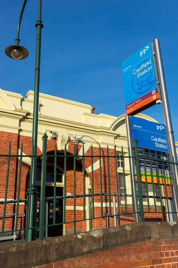 La gare ferroviaire de Caulfield dans la ville de Glen Eira est une station de train suburbain importante photo stock