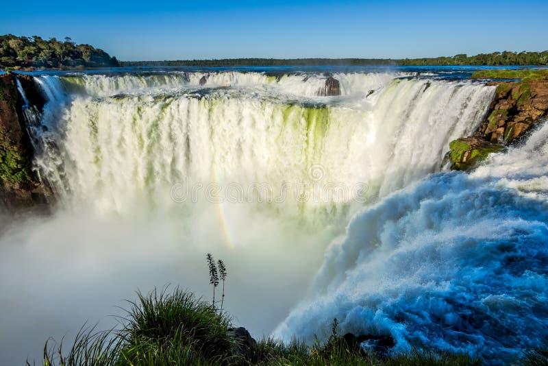 La garganta del diablo en las cataratas del Iguazú, en la frontera del Brasil y de la Argentina foto de archivo