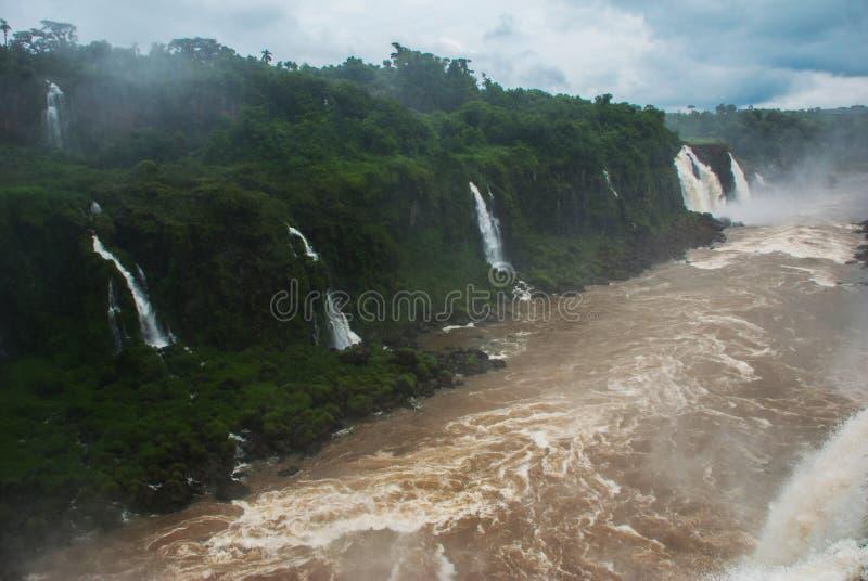 La garganta del diablo, Garganta del Diablo, es la más grande de las cascadas de Iguazu Localizado en el río de Iguazu en la fron fotos de archivo