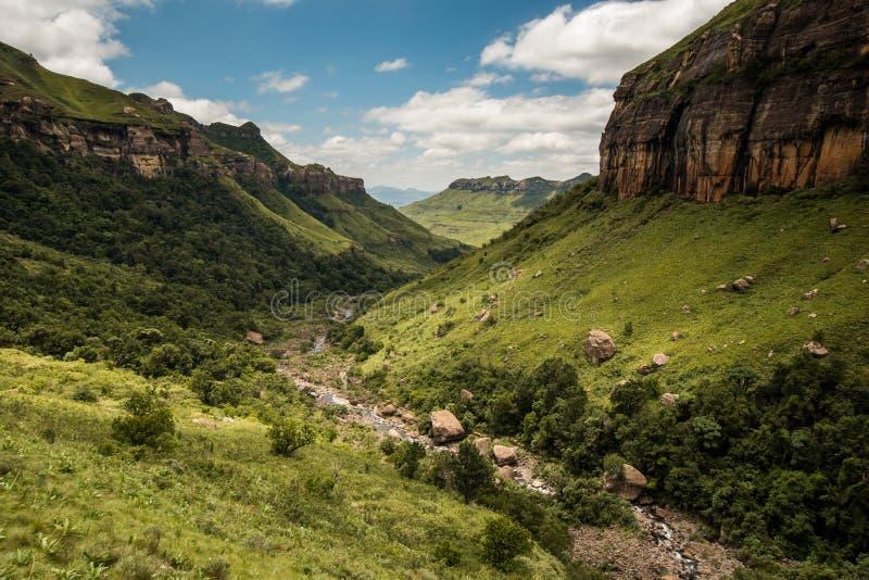 La garganta del río, los acantilados y los lados de la montaña en el alza de Thukela a la parte inferior de las caídas de Tugela  fotografía de archivo libre de regalías