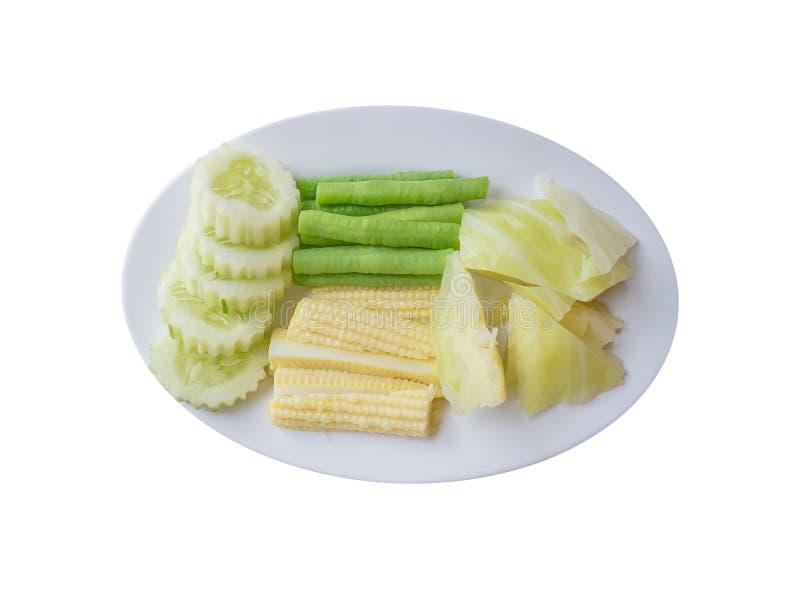 La garniture a bouilli le légume avec le maïs et les lentilles de bébé de chou de concombre d'isolement photographie stock