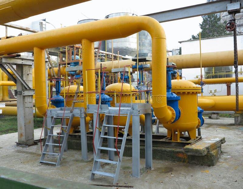 La gasolinera natural con amarillo transmite la central eléctrica foto de archivo