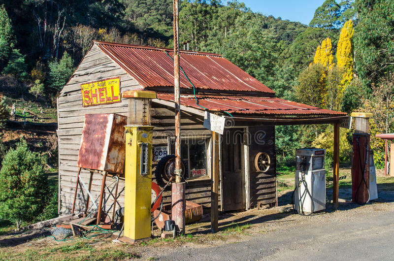 La gasolinera vieja de Shell en bosque señala, Australia imagen de archivo libre de regalías