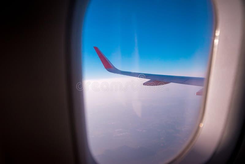 La gauche des avions sur le vol photographie stock libre de droits