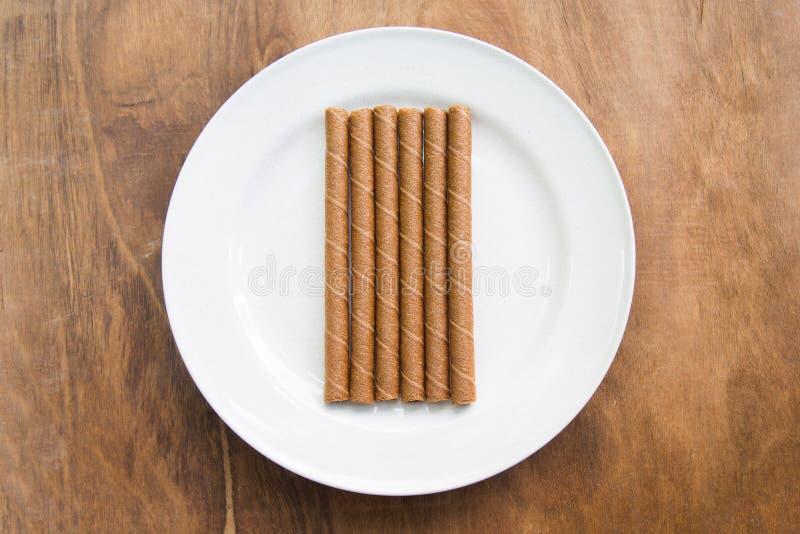 Download La Gaufrette Roule Avec Du Chocolat Dans Le Plat Blanc Sur La Table En Bois Photo stock - Image du rafraîchissement, image: 87709312