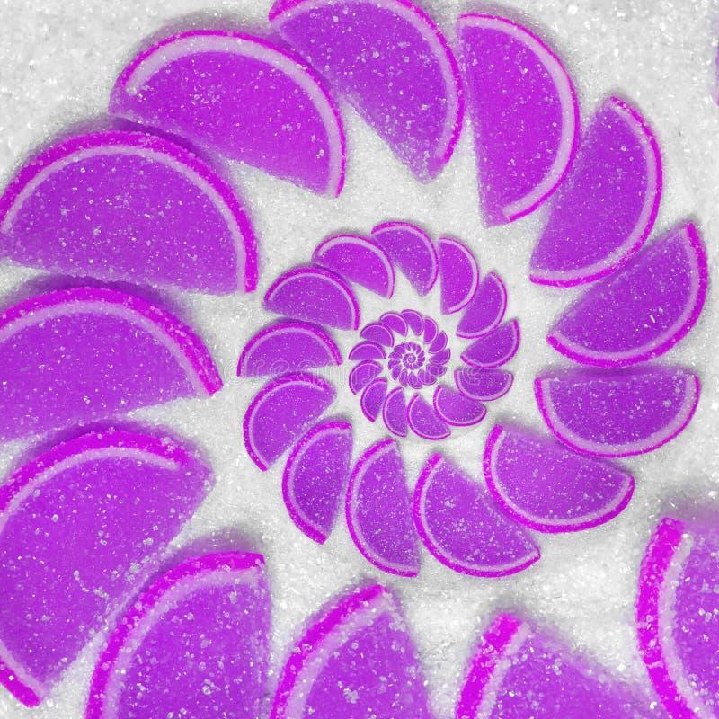 La gelée de fruit abstraite coince le lobule de troussequin sur le fond de sucre blanc Gelées violettes Gelée de fruit abstraite  photos stock