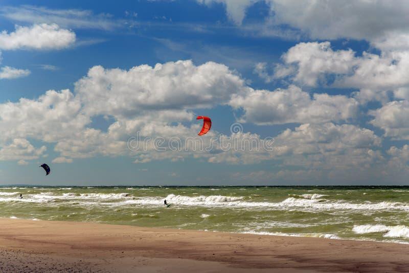 La gente è impegnata nel kitesurfing immagini stock