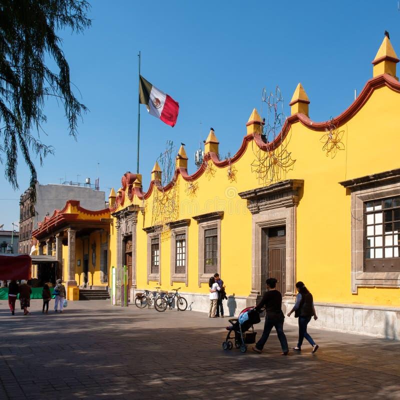 La gente accanto alla città coloniale Hall Palace a Coyoacan in Città del Messico immagini stock