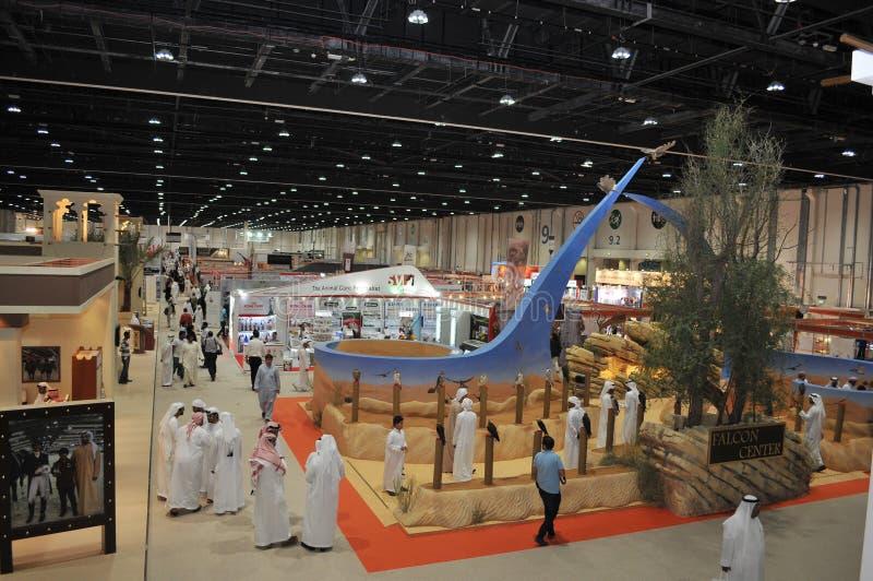 La gente acerca al centro del halcón en Abu Dhabi International Hunting y la exposición ecuestre (ADIHEX) imagenes de archivo