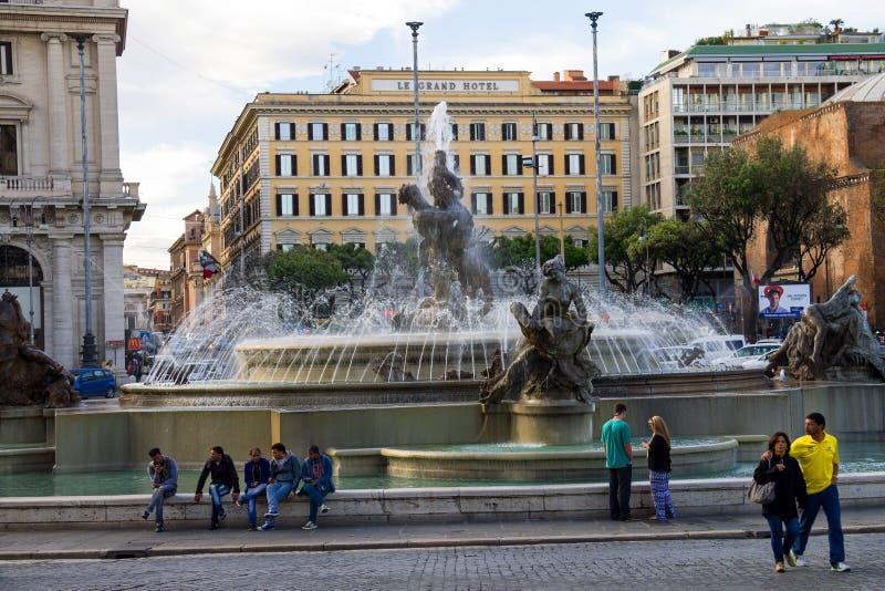 La gente acerca a la fuente Nayads en el cuadrado de la república en Roma, Italia imágenes de archivo libres de regalías