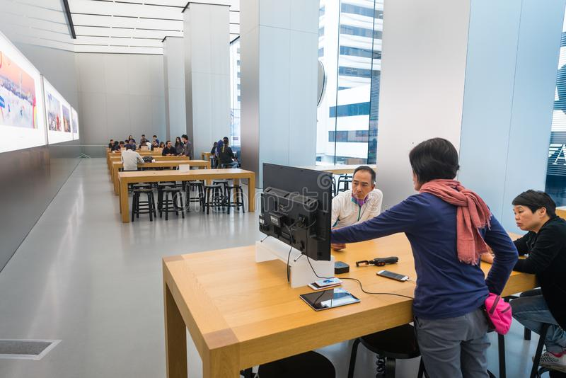 La gente ad Apple Store Genius Bar in Hong Kong immagine stock