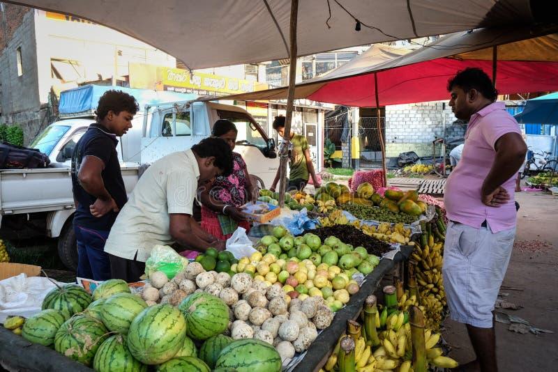 La gente ad un mercato rurale a Colombo, Sri Lanka fotografia stock