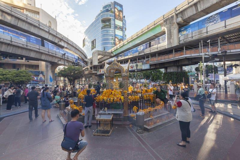 La gente adora la statua di Brahma dopo bombardato a Ratchaprasong immagini stock libere da diritti