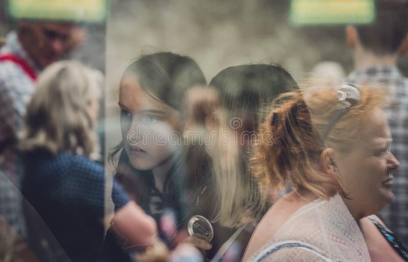 La gente affronta le riflessioni della finestra fotografia stock libera da diritti