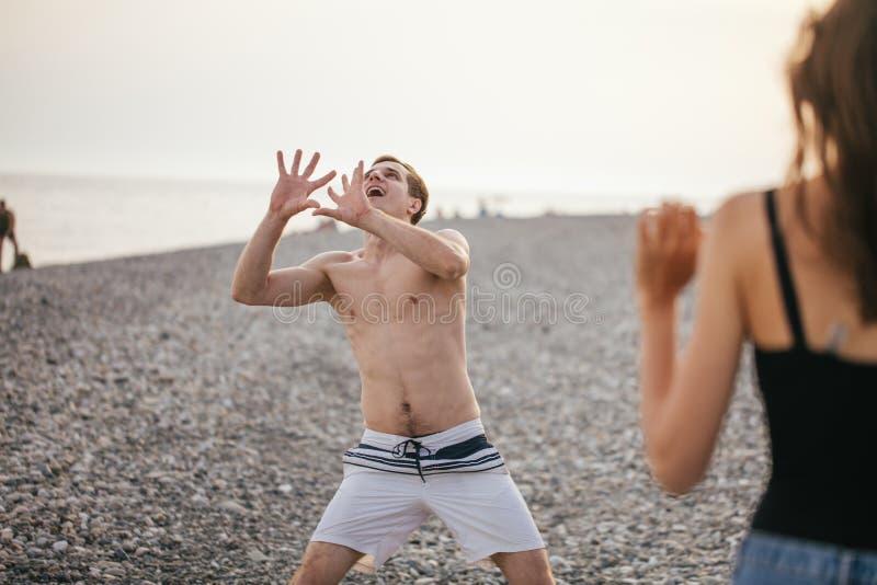 La gente agrupa tiene voleibol de playa de la diversión y del juego en el día de verano foto de archivo libre de regalías