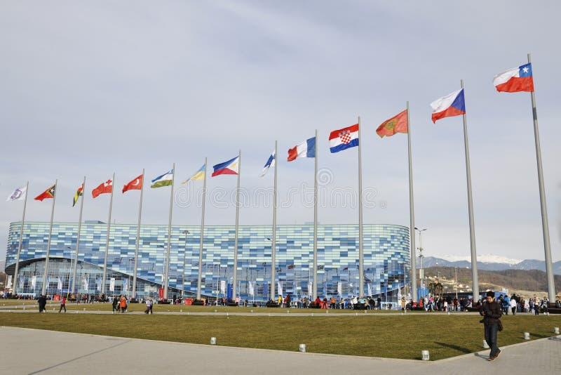 La gente ai Olympics circa l'iceberg del palazzo del ghiaccio in attesa di nuova concorrenza immagine stock