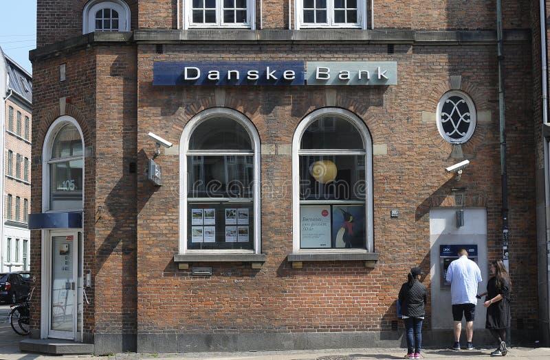 LA GENTE AL BANCOMAT DI DANSKE BANK fotografia stock libera da diritti