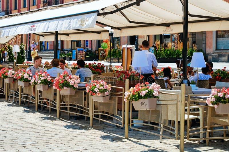 La gente al caffè del marciapiede nella vecchia città di Varsavia in Polonia immagini stock