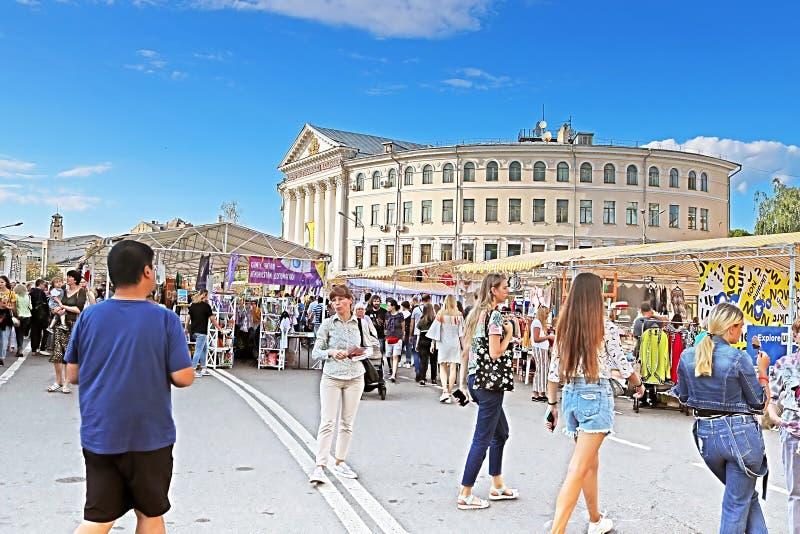 La gente al giusto FATTO IN UCRAINA, un festival del mercato di strada a fine settimana, elabora le fiere, Kiev, Ucraina fotografia stock